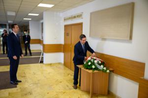 10. rocznica katastrofy Smoleńskiej - złożenie kwiatów pod tablicami pamiątkowymi
