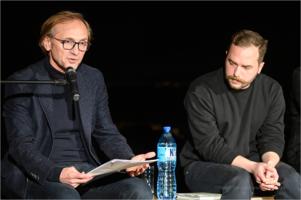 """Finisaż wystawy Krzysztofa Maniaka – """"Czytanie w sianie"""" z Andrzejem Chyrą"""