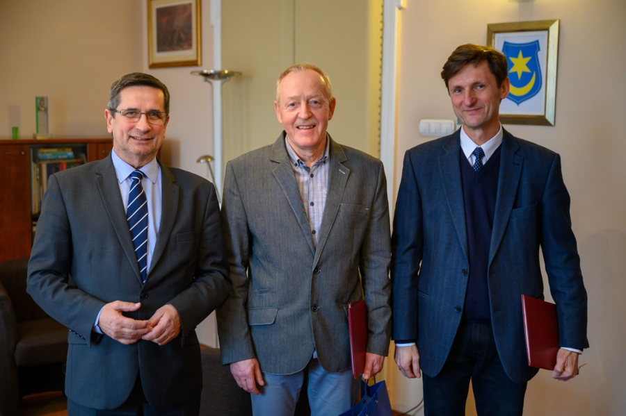 Na zdjęciu od lewej: prezydent Roman Ciepiela, Edward Rusnarczyk, Andrzej Wyrobiec