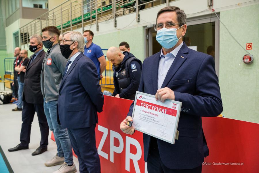 """Prezydent Tarnowa, Roman Ciepiela z certyfikatem Złotej Odznaki """"Za Zasługi dla Piłki Ręcznej"""""""