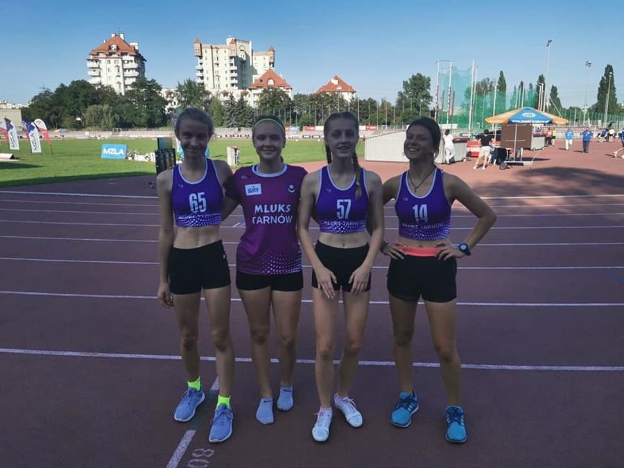 Srebrne medalistki Międzywojewódzkich Mistrzostw Młodzików w sztafecie 4x100 metrów