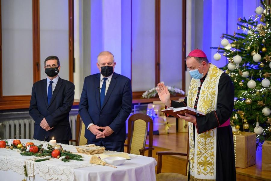 spotkanie opłatkowe, od lewej: prezydent Tarnowa R. Ciepiela, wicewojewoda małopolski R. Pagacz, biskup diecezji tarnowskiej ks. A. Jeż