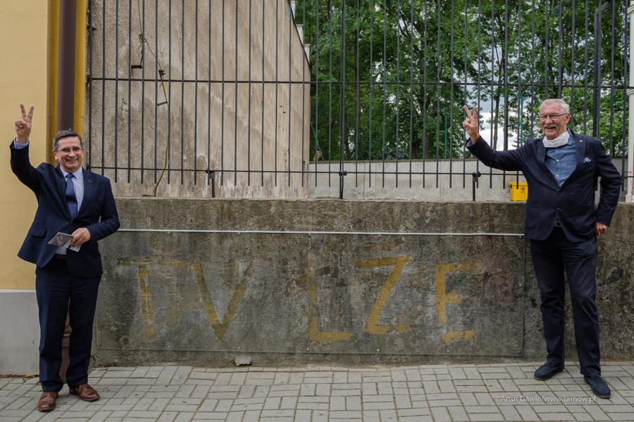 """Napis """"TV łże"""" na murze szkolnego boiska"""